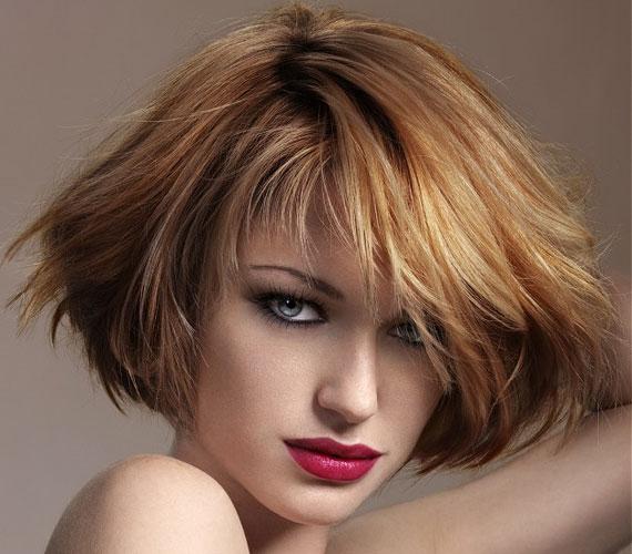A nem túl éles választék dúsabbnak mutatja a hajat.