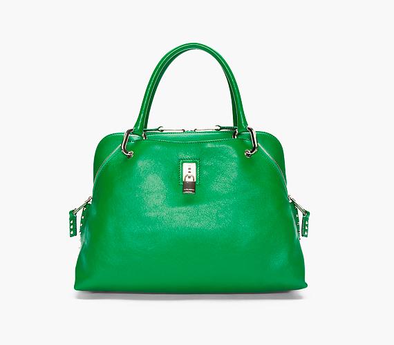 A zöld szín a táskák terén is nagyon trendi a szezonban, friss jelenléte pedig stílusteremtő hatással bír. Egy ilyen letisztult, de elegáns vonalvezetésű darab még szimpla farmernadrággal, kötött pulóverrel is sikkes tud lenni.