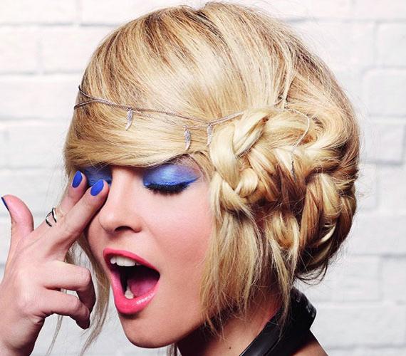Ez a frizura trükkös. A hosszú hajat teljesen az egyik oldalra fésülték, és ebből készítettek minicopfokat.