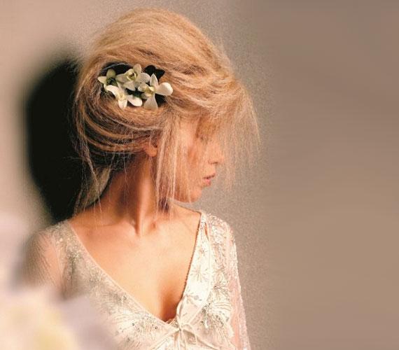 A kreppelés magában elég bután mutat, de testet ad a hajnak, így a kreppelt haj jó kontyalapanyag. Az eredmény virággal pedig még szebb.