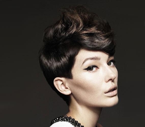 Az oldalt rövidebb, a fejtetőn hosszabb frizura elég sok variálásra ad lehetőséget.