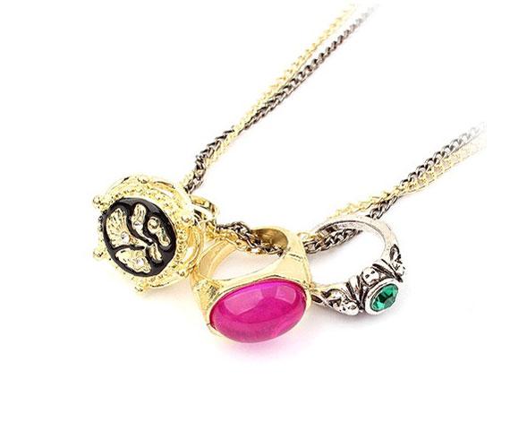 Gyűrű és nyaklánc egyben. Felfűzve is viselheted, de a gyűrűket le is szedheted a láncról. Ezen a linken veheted meg ezt a négy az egyben darabot, mindössze 1990 forintért.
