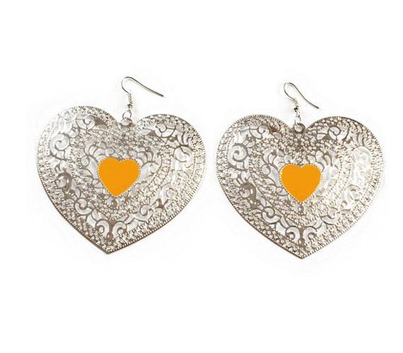 Romantikus és különleges ez a fülbevaló finom ezüst mintáival és tüzes narancs közepével. Kattints ide, ha szeretnéd ezzel feldobni a nyári bulikat.