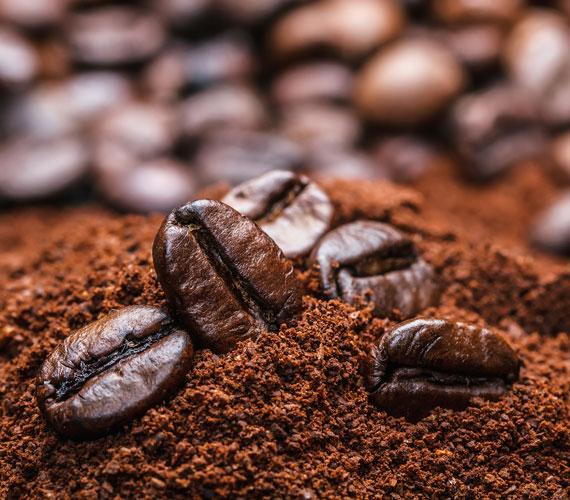Az őrölt kávé testradírként használva csodákat tesz a bőrrel, eltávolítja az elhalt hámsejteket.