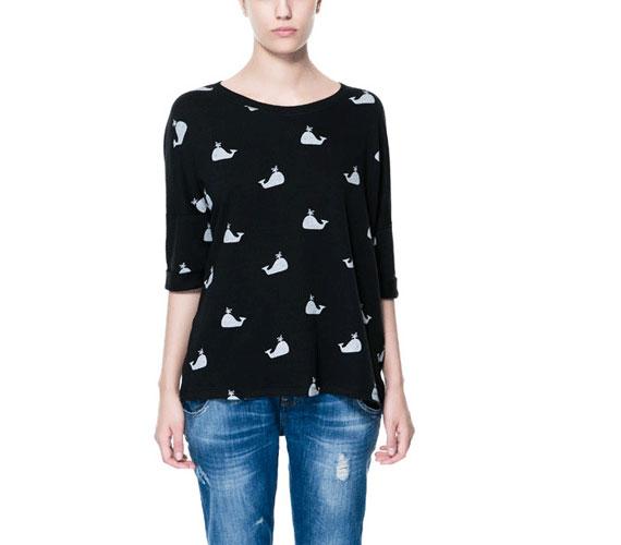 A Zara TRF részlegéről származó pulóver, illetve mackófelső vidám mintával melegít a szeles időben. 6595 forintba kerül.