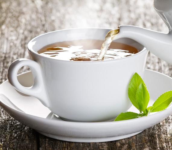 A zöld tea tele van polifenolokkal, melyek antioxidáns hatásúak, és segítenek a szervezetnek leküzdeni a szabad gyökök okozta rombolást. Cseréld le a délutáni kávét egy finom zöld teára, élénkítő hatása ugyanolyan, ha nem erősebb, a bőröd viszont sokkal jobban jár vele.