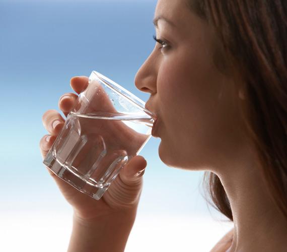 A bőr hidratáltsága nemcsak az arckrémtől függ, de attól is, hogy mennyi vizet viszel a szervezetbe. Ha eleget, akkor a bőr feszes és élettel teli lesz, a vízhiányból fakadó ráncok nem alakulnak ki.