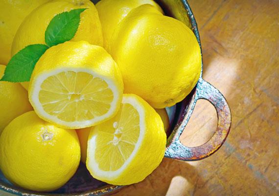 A citrom szintén remekül használható, felhígítva hámlasztónak használható, de fog- és körömfehérítőként is bevethető, sőt, a benne található C-vitamin serkenti a kollagénrostok termelődését, igaz, csak belülről, tehát elfogyasztva.