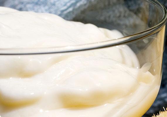 A joghurtban található tejsavak gyengéden oldják le az elhalt hámsejteket, ezáltal csökkenti a felületi ráncokat, de akné ellen is használható. Frissítő hidratálónak is kiváló. Kattints ide, és olvasd el, hogy lehet használni.