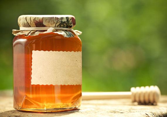 A méz is remek szépítő szer az arcodra: mivel fertőtlenítő hatású, még az aknék megszüntetésében is a hasznodra válhat. Így segíthetsz vele a bőrödön!