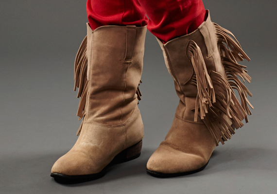 Sokszor látni olyat is, hogy a rövid szárú, lapos talpú, passzosabb csizmákat olyanok is felveszik, akiknek a lábszáruk erősebb a kelleténél. Az ilyen fazon pedig tovább vastagítja a lábat, ami nem túl esztétikus.