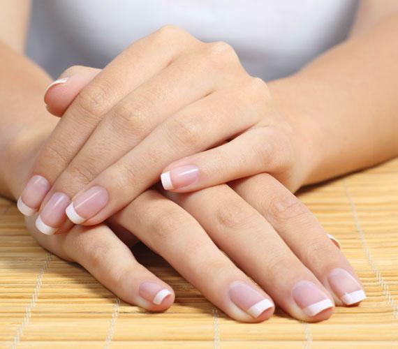 Az idő múlása legelőször a kezeken tűnik fel. Erre sokan nem is figyelnek fel, de a bőr ráncosabb lehet, a természetesen meglévő csíkok elmélyülhetnek. Ennek oka, hogy a kéz a leginkább igénybevett testrészünk.