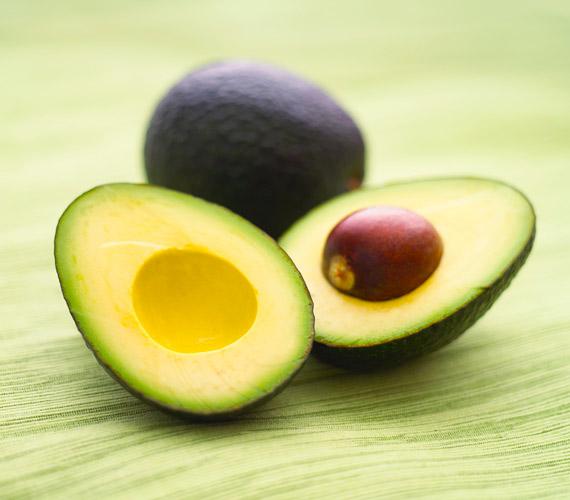 Az avokádó tele van E-vitaminnal és esszenciális zsírsavakkal, melyek hosszú távon megakadályozzák a mély ráncok kialakulását. Külsőleg is remek pakolás készíthető belőle.
