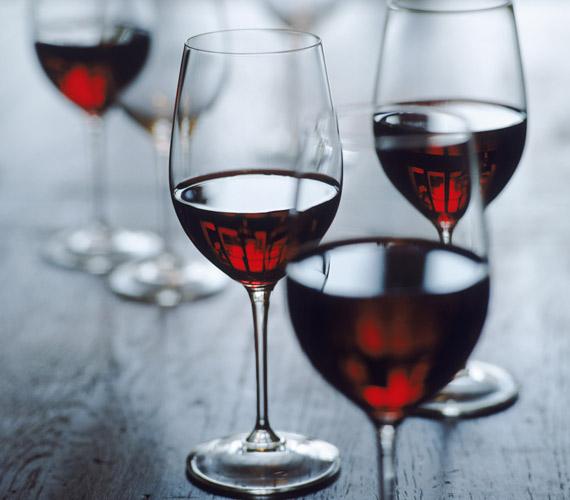 Míg a túlzott alkoholfogyasztás roncsolja a bőrt, heti egy-két pohár jó minőségű vörösbor fiatalítja, köszönhetően a benne található polifenoloknak.