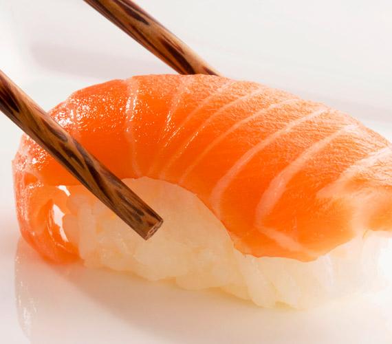 A zsíros halak, például a lazac szintén segítenek abban, hogy a bőr visszazsírozza magát. Sőt, ezek a zsírsavak a pattanásost bőrre is jótékony hatással vannak, mert helyreállítják a bőr faggyúháztartását.