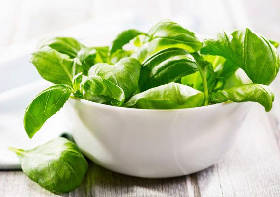 A bazsalikomban K- és A-vitamin található, de klorofilltartalma sem elhanyagolható. Ezek segítik a bőr vérellátását, illetve antioxidánsok. Igazi tápanyagbomba kalória nélkül.