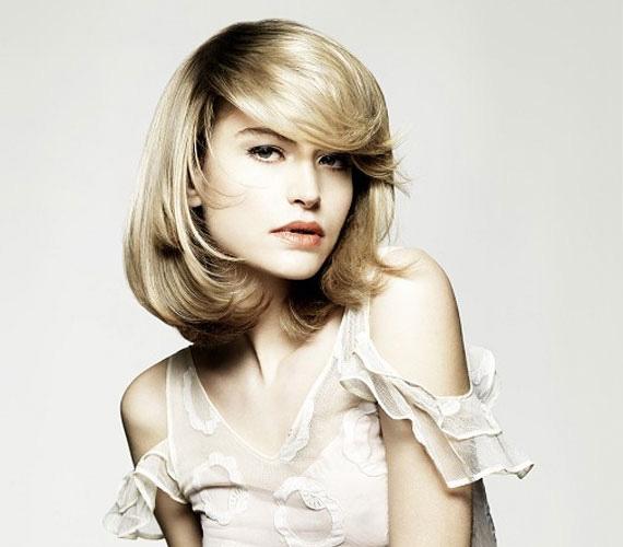 A hosszú, áll alatt végződő, befelé szárított haj is régies.