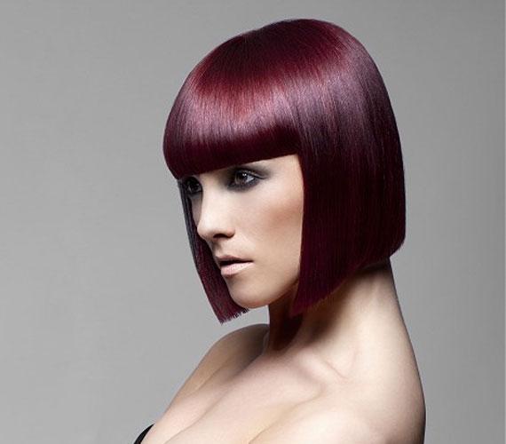 A mesterkélt padlizsánszín - főleg Kleopátra-frizurával - nagyon szigorú, és ezáltal öregít.