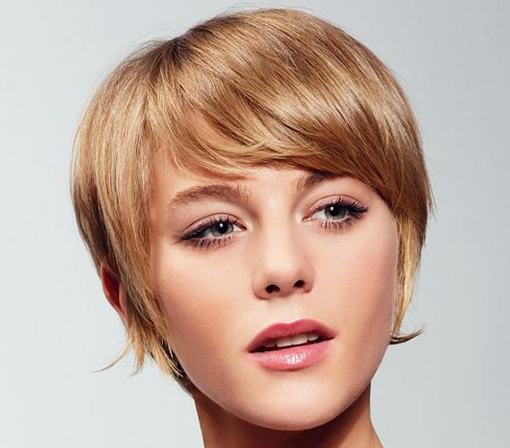 A lelapuló, Julie Andrews-os frizura kissé múltszázadi, ritka az olyan nő, akit nem öregít meg néhány évvel.