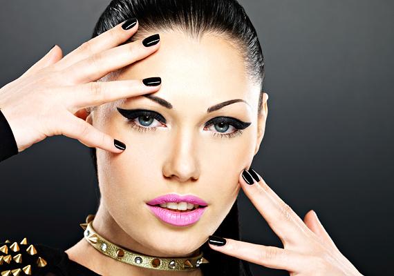 Tilos a szem-és szájhangsúlyos sminket együtt alkalmazni, mert maszk mögé bújtatja a természetes szépségedet! Különösen abban az esetben kerüld el ezt a kombinációt, ha a szemedre fekete szín kerül.
