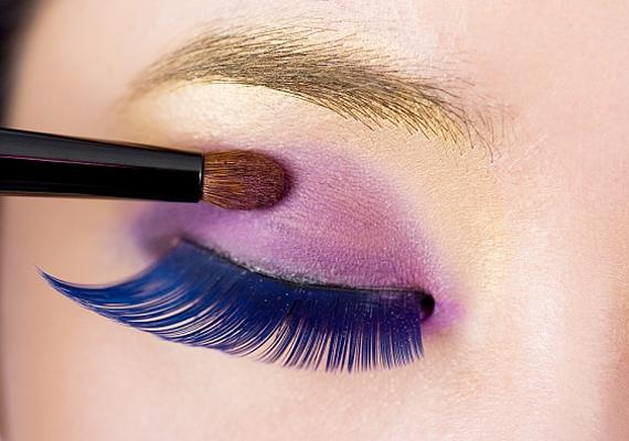 A lila élénk színe közönségesnek és egyúttal idősebbnek is mutat, a legjobb, ha egyáltalán nem használod, vagy ha mégis, csak halványan.