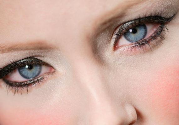 A szemceruzával is mellé lehet fogni, ha túl erősen használod az alsó szemhéjadon, ugyanis bezárja a tekinteted, és idősebbnek láttat.