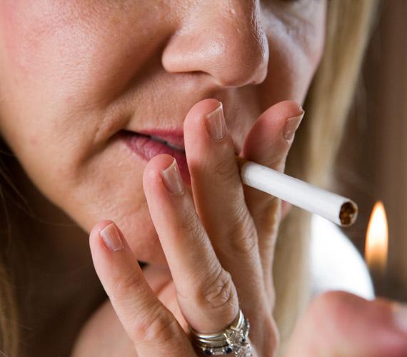 A dohányzásról mindenki tudja, hogy borzasztóan öregíti a bőrt, de nemcsak a belélegzett méreganyagok miatt. A szíváskor a száj és a szem körüli bőr is összehúzódik, és könnyen ráncos lesz.