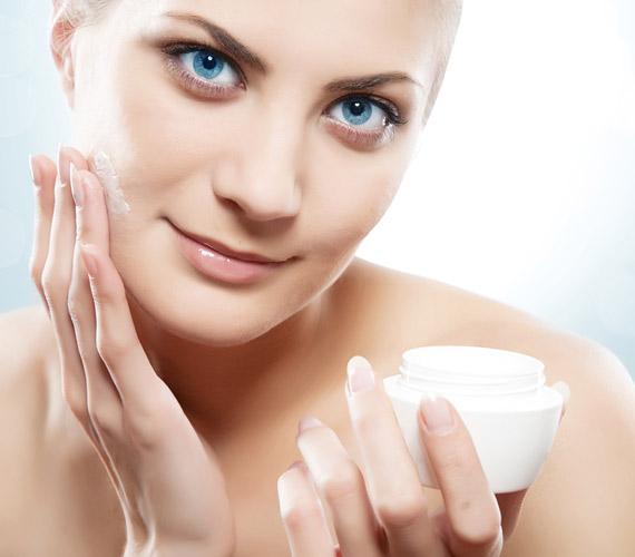 Bármilyen kozmetikumról is legyen szó, mindig érdemes áttanulmányozni a címkét, hogy valóban hasznos összetevőkből álljon. Hiába használ ugyanis valaki naponta arckrémet, ha annak anyagai inkább ártanak a bőrnek, mint használnak. Itt olvashatsz az egyikről »