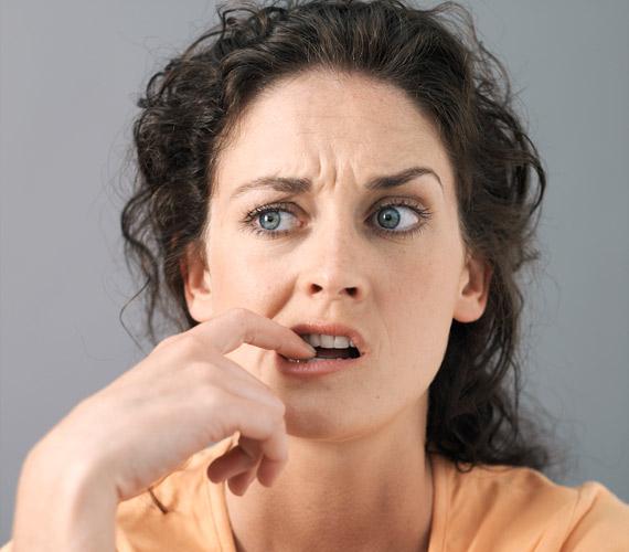 Az arc állandóan mozgásban van, de érdemes odafigyelni arra, hogy ne ráncold túlzottan a homlokod, ne hunyorogj a monitorra, mert hamar megtörik a bőr, abból pedig ráncok lesznek.