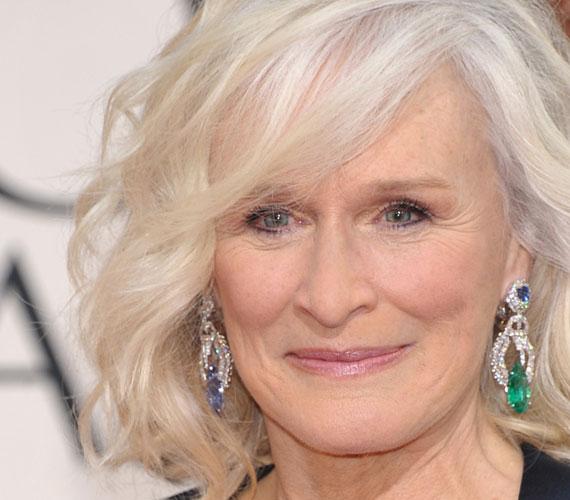 A 68 éves színésznő, Glenn Close világos bőréhez és ragyogó kék szeméhez szintén kifejezetten jól állnak az ősz tincsek. Ezt valószínűleg ő is így gondolja, mert nem hajlandó befestetni a haját.