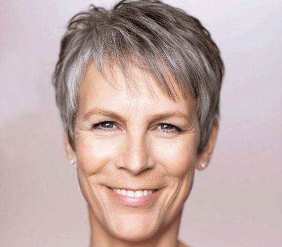 Az 57 éves, egykor szexszimbólumnak tartott színésznő, Jamie Lee Curtis szintén a természetes szépségek közé tartozik. Ráncait éppúgy elfogadja, mint rövidre vágott, ősz tincseit.