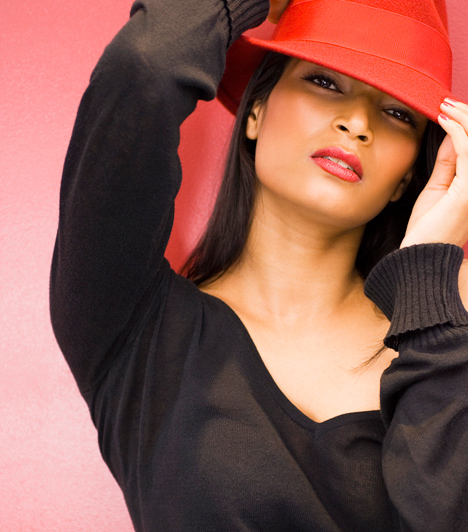 Kalap  Újabban ismét divatba jöttek a kalapok, és az élénk színű sálhoz hasonlóan elterelő, szemvonzó tulajdonságukat érdemes kihasználni. Az arcra emelik a tekintetet, így aztán remek lehetőség nyílik arra, hogy a karima alól csábos pillantásokat küldj.