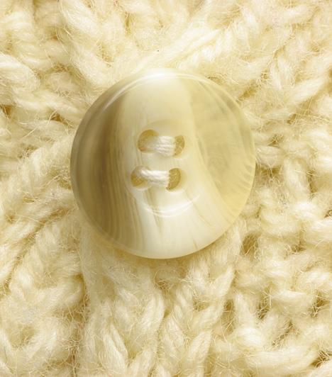 Vastag pulóver  Bár a hidegben jó, ha a pulcsi minél melegebb és bolyhosabb, nem árt vigyázni. Ha az anyag túl vastag, akkor bizony pufókabbnak láttatja viselőjét a valóságosnál. Viselj vékonyabb darabokat trikóval, így nem lehet belőle probléma.