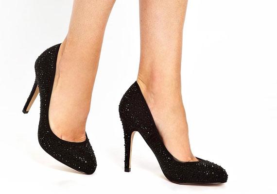 Az egyszerű cipőket feldobják majd a szegecsek, strasszok és különböző rátétek, csak arra kell figyelni a vásárláskor, hogy ne keltsen a cipő vásári benyomást.