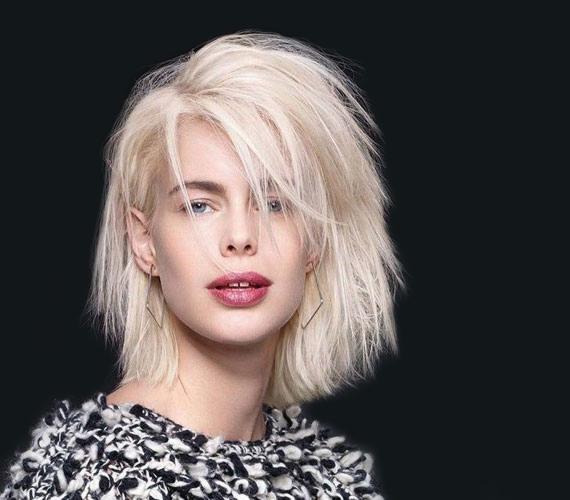 Vagány, mégis hihetetlenül nőies frizura, ami vasalva is megtartja magát egy kis fixálóval.