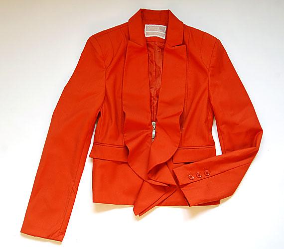 Ez a narancssárga, kis kabát a különleges gallérkialakítással és mély dekoltázzsal vonja el a figyelmet a széles csípőről.A kabátka ára 3995 forint az AsiaCenterben.