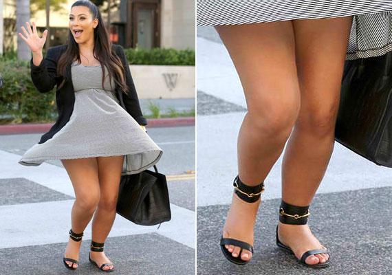Kim Kardashian imádja a pántos cipőket, pedig az alkatához egyáltalán nem illenek, hiszen nem is magas, és a lábai sem mondhatóak vékonynak.