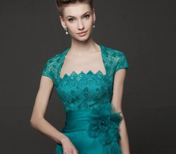 A ruha itt sem hagy kívánnivalót maga után, de modell könyöke rossz irányba hajlik.