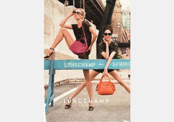 Tudjuk, hogy a modelleknek hosszú lábuk van, de annyira, mint Lisa Winklernek a Lonchamp kampányfotóin, egyetlen élő embernek sem lehet.
