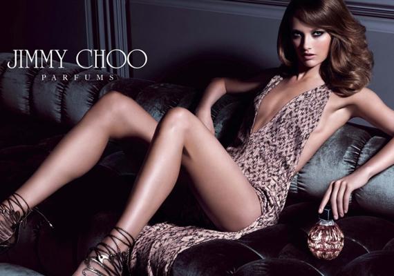A Jimmy Choo márka egyik korábbi parfümreklámja érdekesen alakult, a modell egyik lába gazellakarcsúságú, ám a másik korántsem. Vagy a Photoshop keze van a dologban, vagy a modell sokat ugrál fél lábon, ezért izmosabb az egyik vádlija.