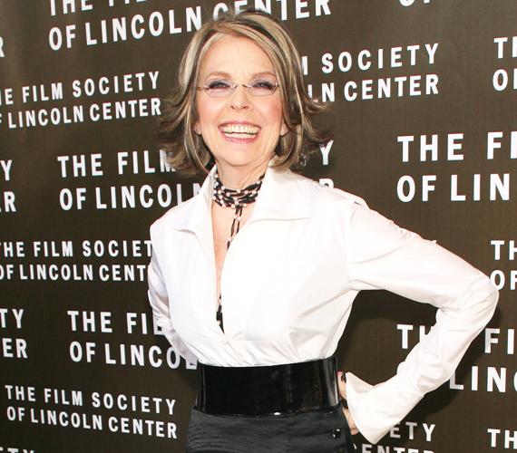 Diane Keaton sosem szeretett beállni a sorba, ez plasztika tekintetében is igaz. 69 évesen sem fekszik kés alá csak azért, hogy fiatalabbnak tűnjön. Érdemes lenne róla példát venni, mert így is megtalálják a szerepek.