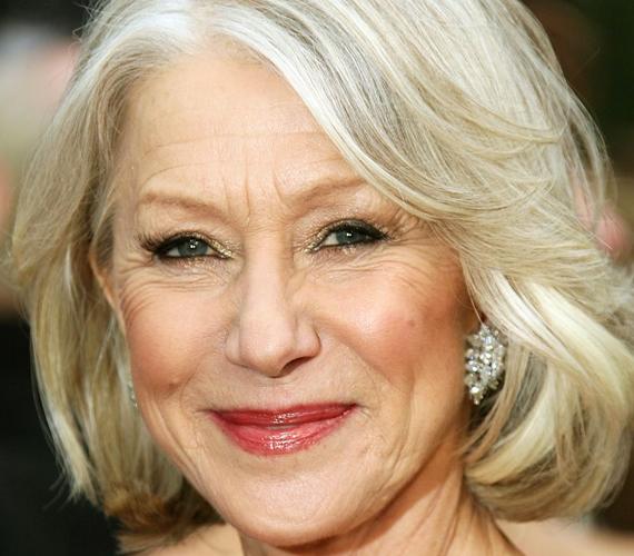 Helen Mirren mondhatni most éli fénykorát. A színésznő szintén 69 éves, és vállalja a természetes megjelenését: hófehér hajával és az arcán végigfutó barázdákkal egyszerűen pont azt az időskori szépséget képviseli, amit a filmvászon annyira szeret.
