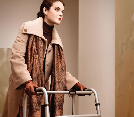 A kép valami olyasmit akar sugallni, hogy kinek kell csípőprotézis, amíg úgy néz ki, mint a saját dédunokája. A hirdetés egy amerikai plasztikai és esztétikai sebész, bizonyos Wayne R. Perron fejéből pattant ki.