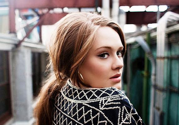 Adele fekete-fehér kabátja nemcsak eleganciát kölcsönöz, hanem különleges mintájával elvonja a figyelmet az énekeső alakjáról is. Mivel nem egy mindennapos darab, sokkal inkább erre koncentrálnak az emberek, semmint arra, hogy milyen méretekkel rendelkezik a viselője.
