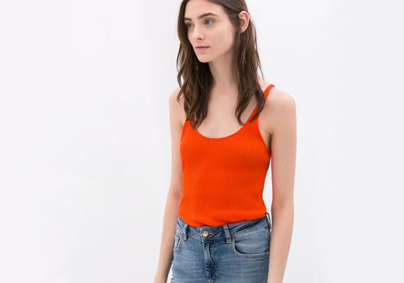 A pántos topok semmit nem rejtenek véka alá, ebből kifolyólag rögvest a dekoltázsra terelik a figyelmet. A Zara narancsszínű darabja 3995 forint.