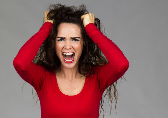 Hormonális zavarokA leggyakoribb esetben a pajzsmirigy alul- vagy túlműködése okozhat olyan hormonális változásokat a szervezetben, amelyek következtében erős hajhullás is megfigyelhető. Ha emellett a koncentrációddal is gondok adódtak, folyton fáradtnak érzed magad, súlyproblémákkal és hangulatingadozással küzdesz, akkor kezdhetsz gyanakodni a pajzsmirigyedre. Megnyugtató választ ezzel kapcsolatban orvosod tud majd neked adni egy alapos hormonvizsgálat után.