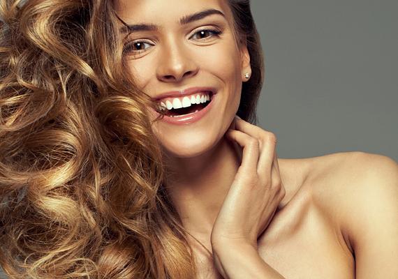Addig is erősítsd meg a hajszálakat! Bolti szerek helyett természetes úton is elérheted ezt: ezen a linken megtudhatod, hogy miből készíthetsz hajnövesztő és tápláló tonikot. Ha kúra szerűen táplálod a hajadat, akkor egy-két hónap múlva már érzékelheted a pozitív változást.