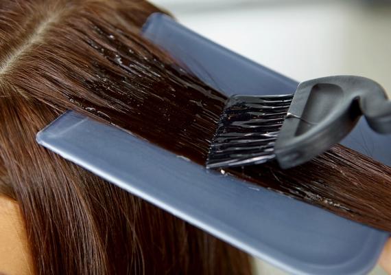 A hajfesték jelentősen roncsolja a hajszálak szerkezetét. Amennyiben festeted a hajadat, érdemes szünetet tartanod, és egy ideig megkímélned a festéstől, hogy a szálak fel lélegezhessenek és maukba szívhassák a tápanyagokat is. Próbálj ez idő alatt kíméletesebb színezőket, vagy természetes összetevőkben gazdag festékeket használni.