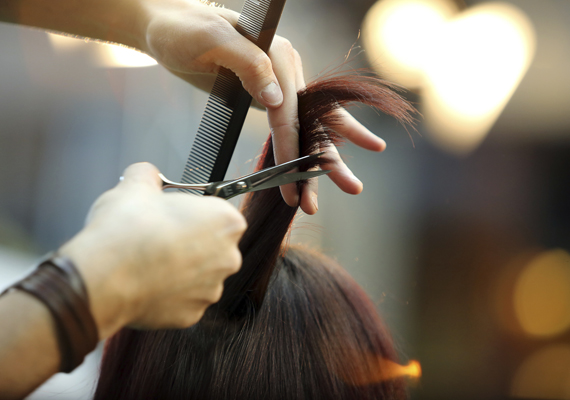 A gyenge, töredezett hajnak érdemes levágatni a sérült végeit, hogy a hajszálak felfrissülhessenek, és újra egészséges külsejű frizurát alkossanak. De nem csak esztétikai oka van, hogy a töredezett hajvégektől mihamarabb megszabadulj, hiszen, ha túlzottan roncsolódnak a hajszálak, akkor az vitaminhiányról is árulkodhat, amit jobb mihamarabb kívülről és belülről is biztosítanod a hajadnak.Itt találsz frizuraötleteket, amik dúsabbnak mutatják a hajat!