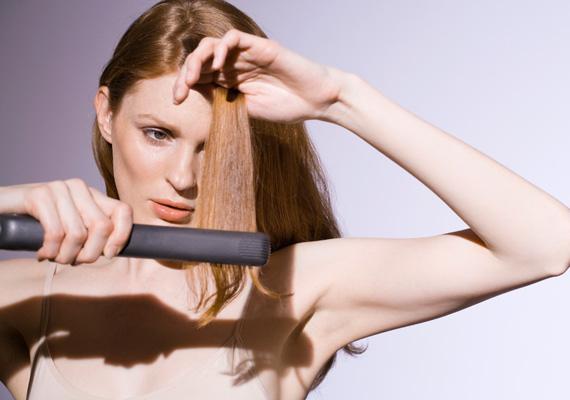 HajvasalásAz egyenesre húzott haj régóta nagyon divatos, és továbbra is tartja magát ez a vonal, ami azonban nem tesz jót a hajadnak. Ha mégis ragaszkodsz a hajvasalódhoz, akkor semmiképpen se húzd át nedves tincseken, csak alaposan megszárított frizurán, és használj előtte olyan készítményt, amely minimalizálja a vasalás szárító, roncsoló hatását.